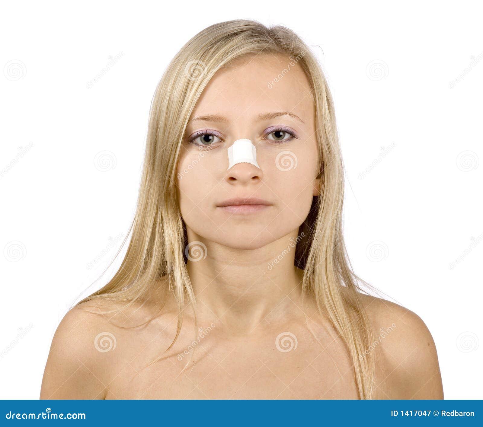 表面停留妇女年轻人的鼻子膏药