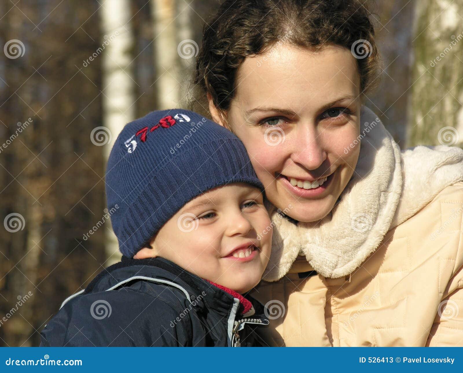 Download 表面母亲儿子 库存图片. 图片 包括有 荣耀, 拥抱, 感觉, 成人, 基督教, 心情, 逗人喜爱, 背包, 自治权 - 526413