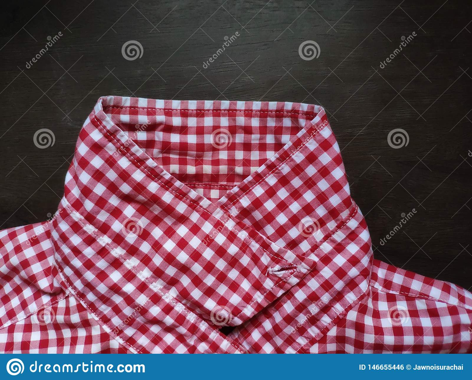 衬衣格子花呢披肩在一张木桌安置的样式衣领