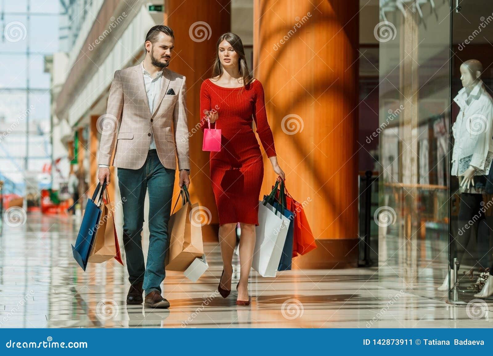 袋子夫妇购物年轻人