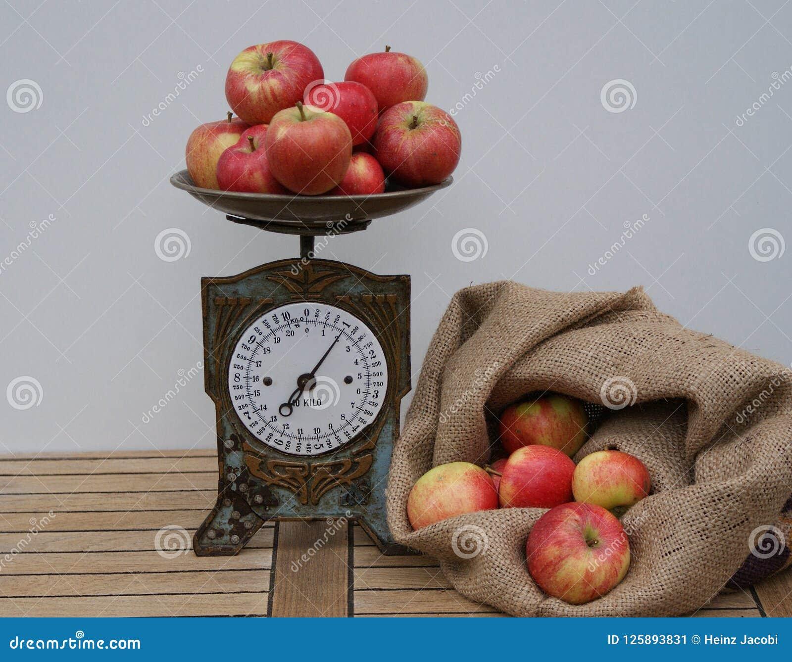 袋子用称的红色苹果填装了在老厨房等级