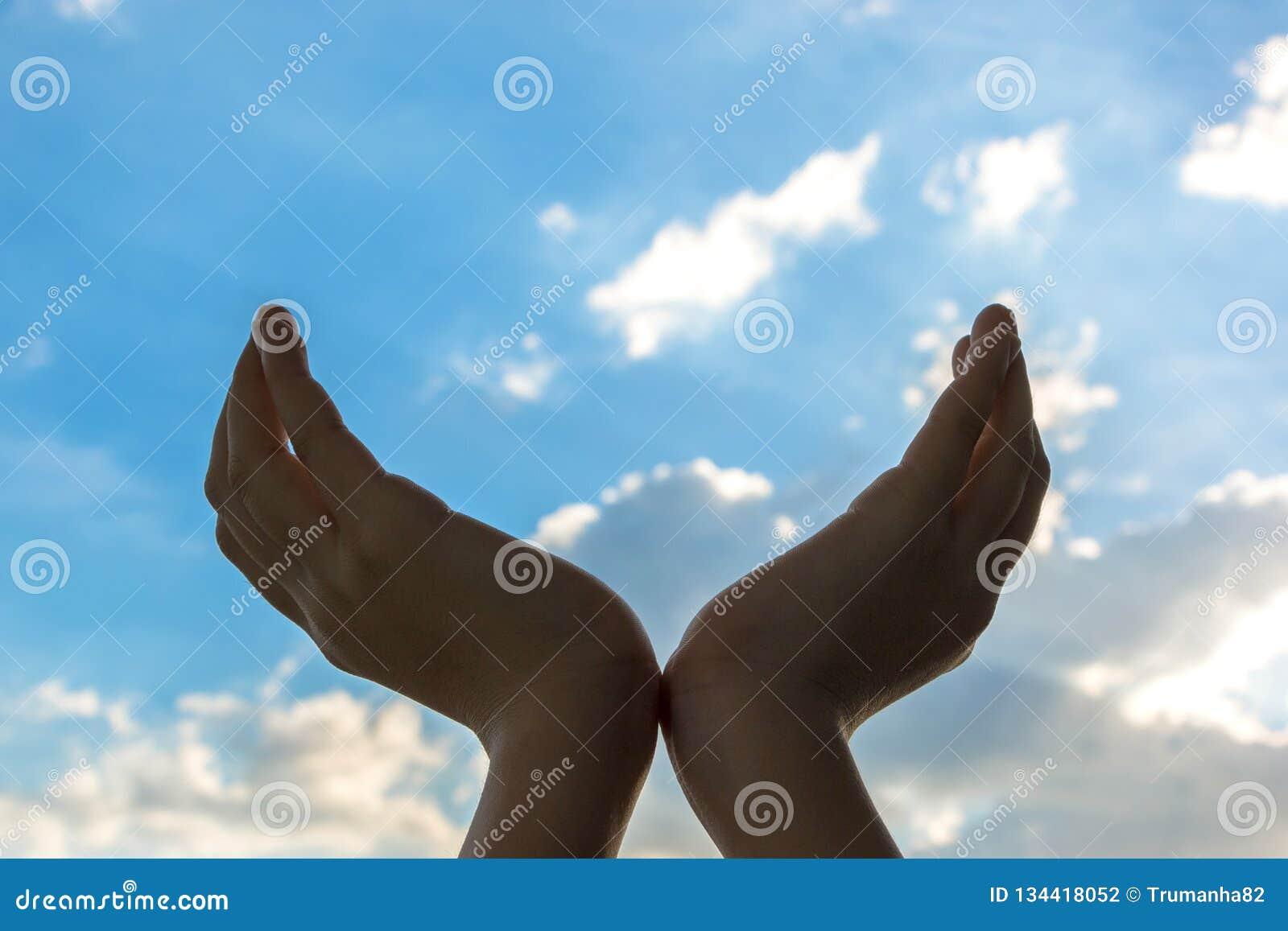 被举的手在天空蔚蓝背景中