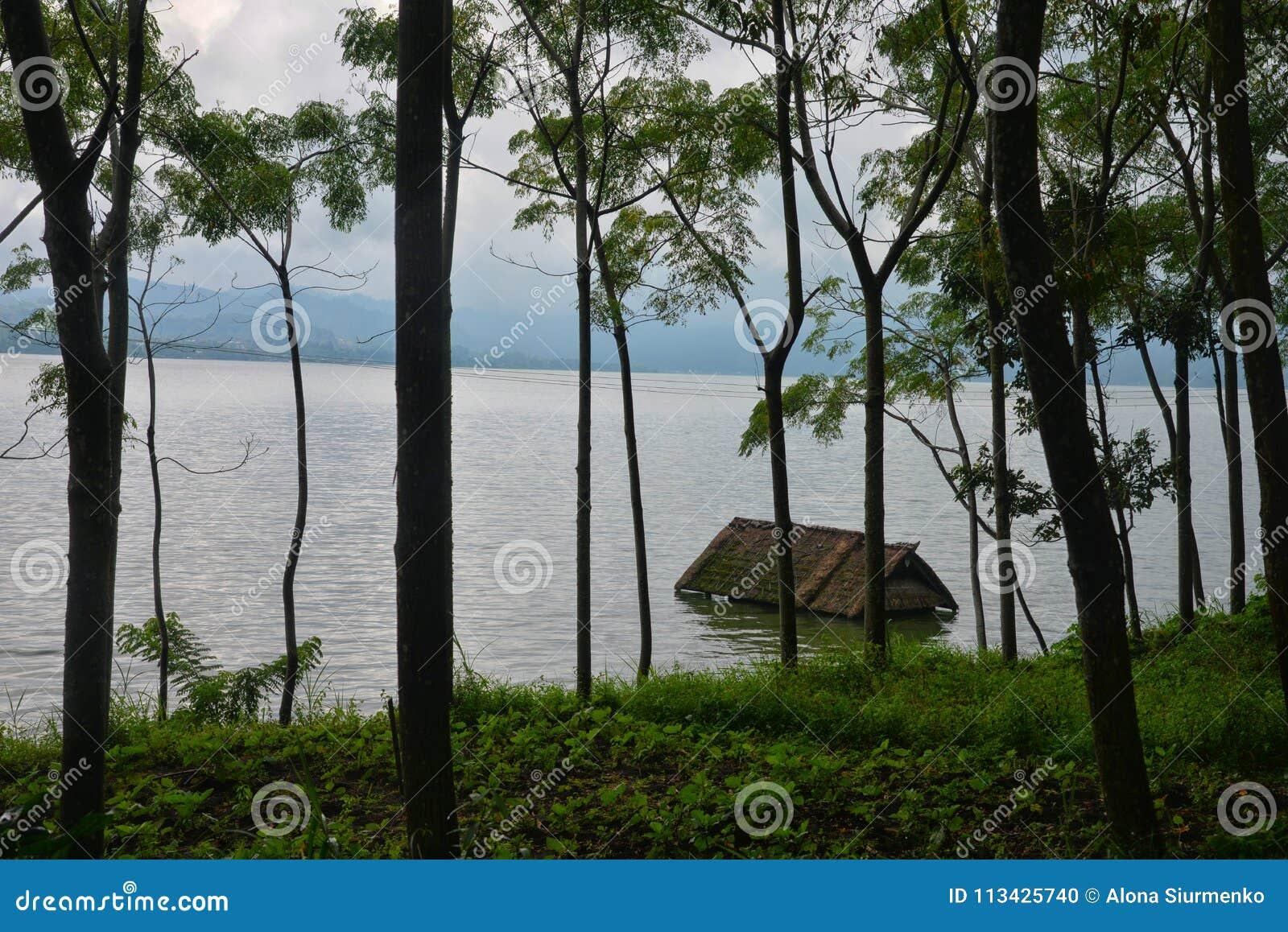 被充斥的房子在湖Batur