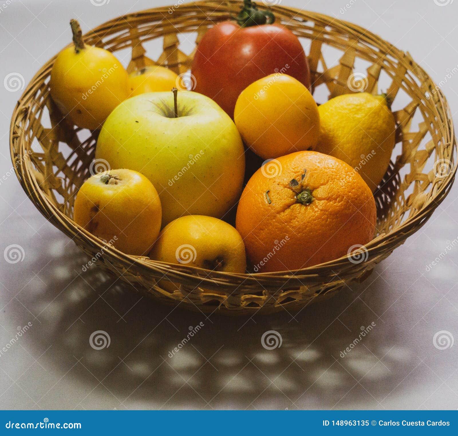 被分类的季节性果子篮子