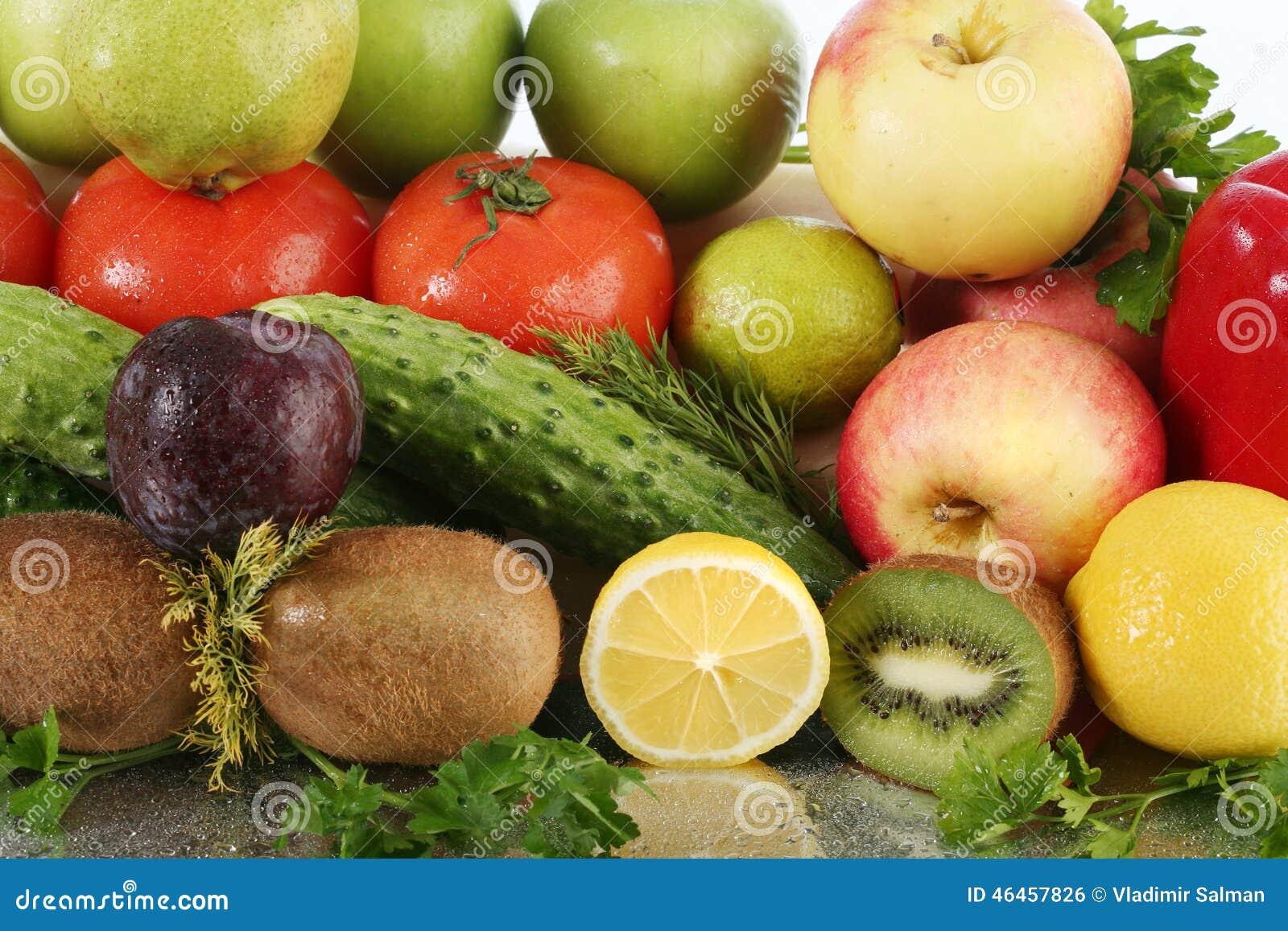 水果种类_被分类的成熟水果和蔬菜特写镜头在镜子在白色背景演播室浮出水面.