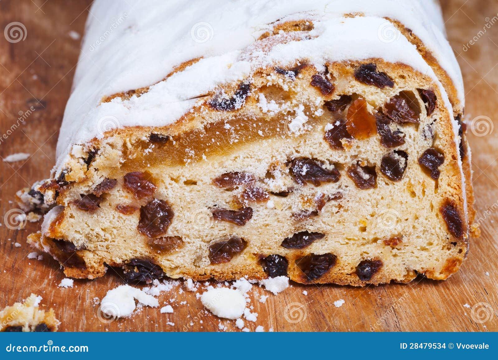 被切的Stollen蛋糕用干果和小杏仁饼