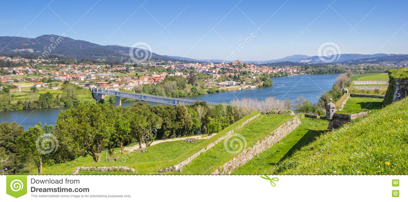 被加强的墙壁全景和河在瓦伦西亚做米尼奥省