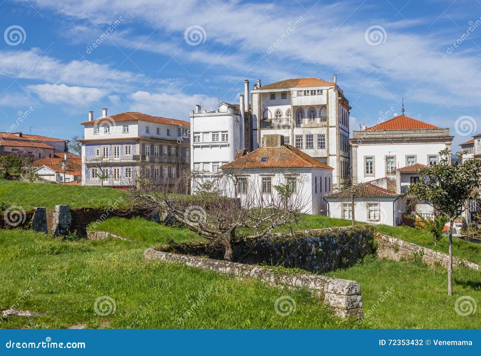 被加强的墙壁和房子在瓦伦西亚做米尼奥省
