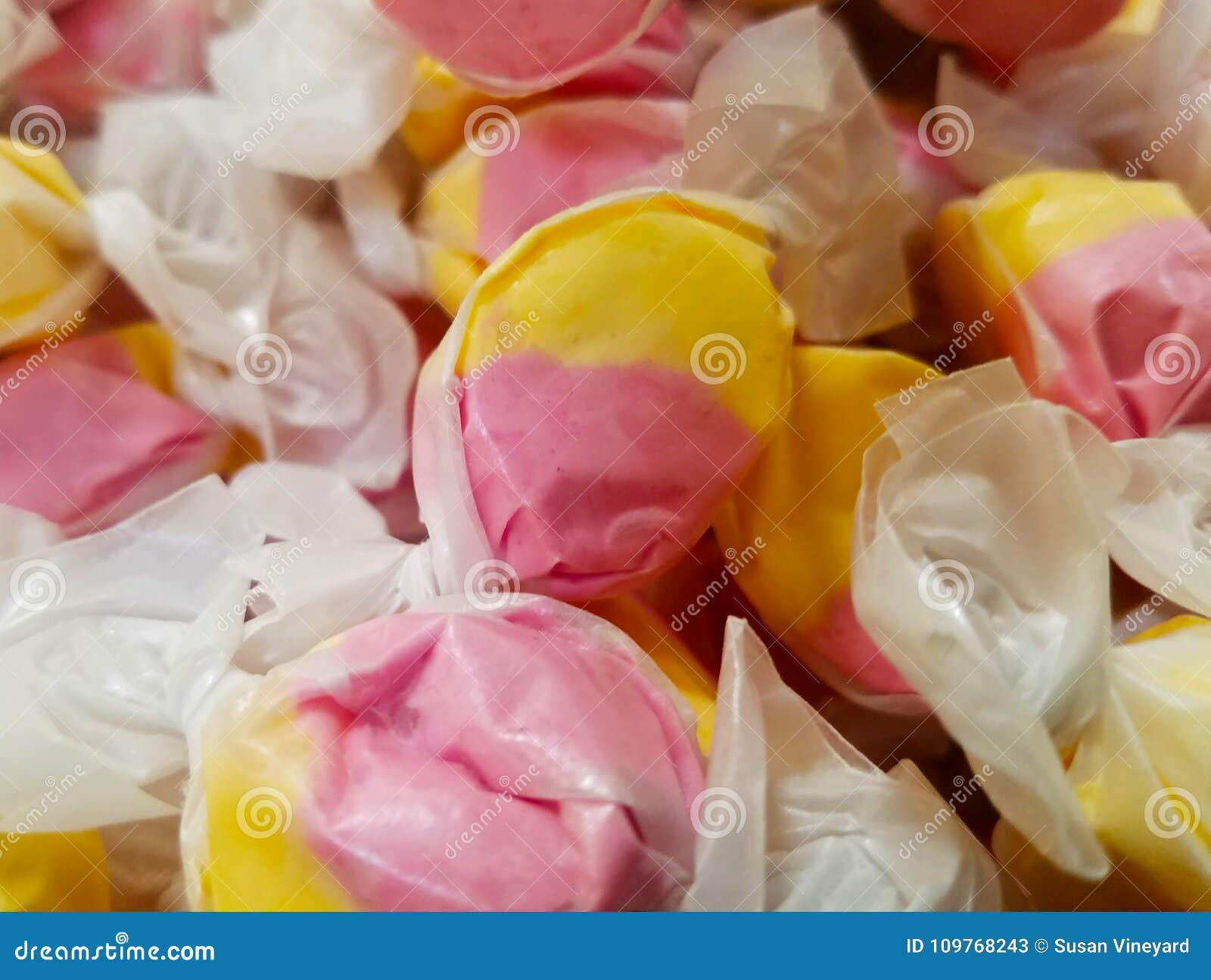 被包裹的黄色和桃红色乳脂糖糖果散装