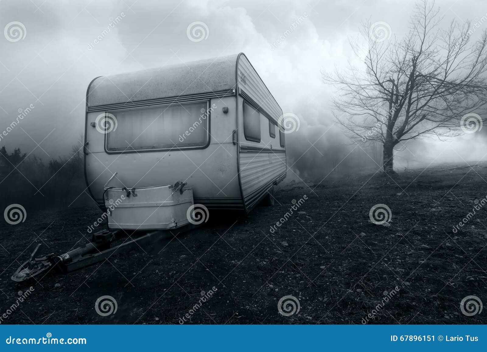 被困扰的露营者货车的恐怖图象