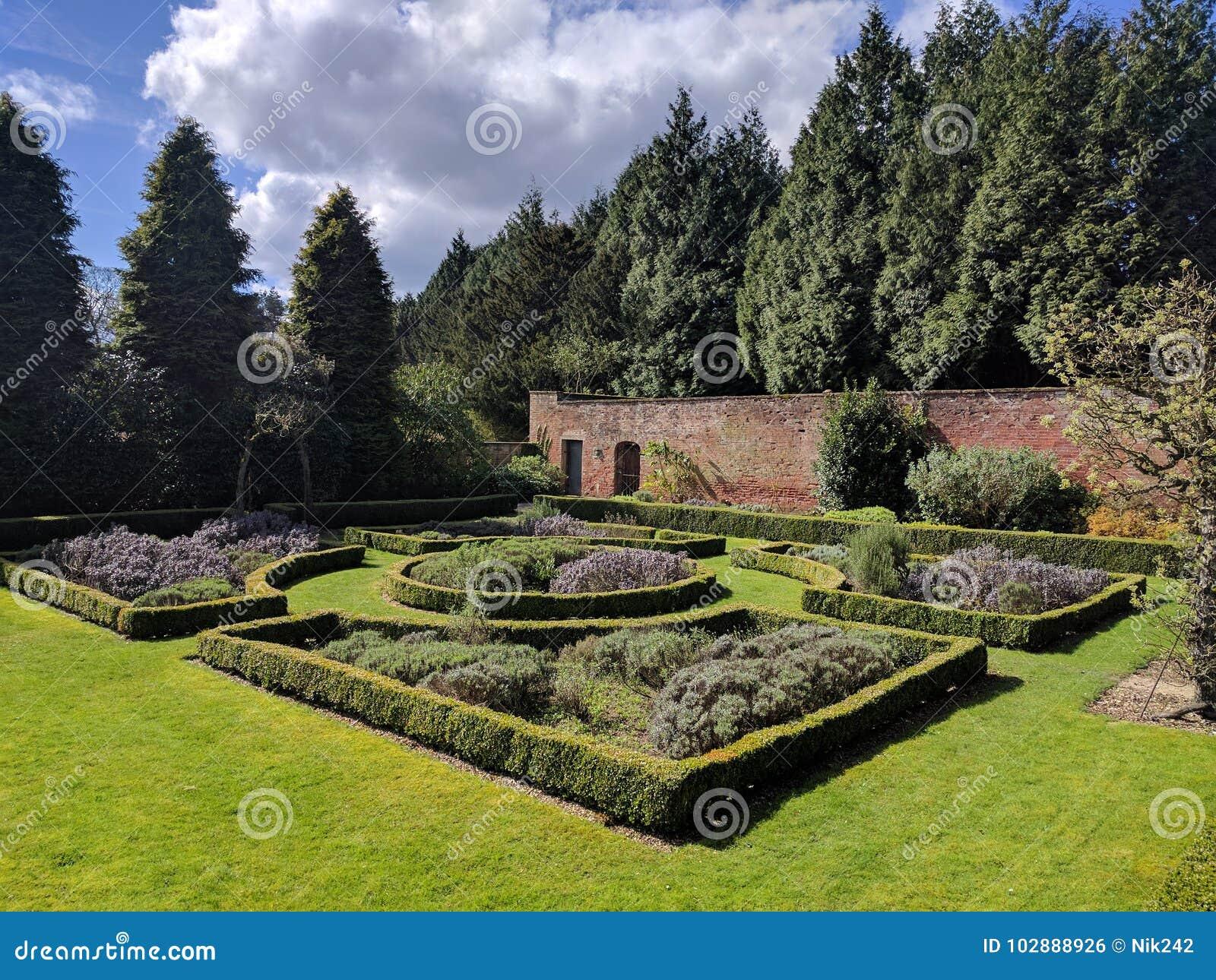 被围住的庭院分配为花坛的区域
