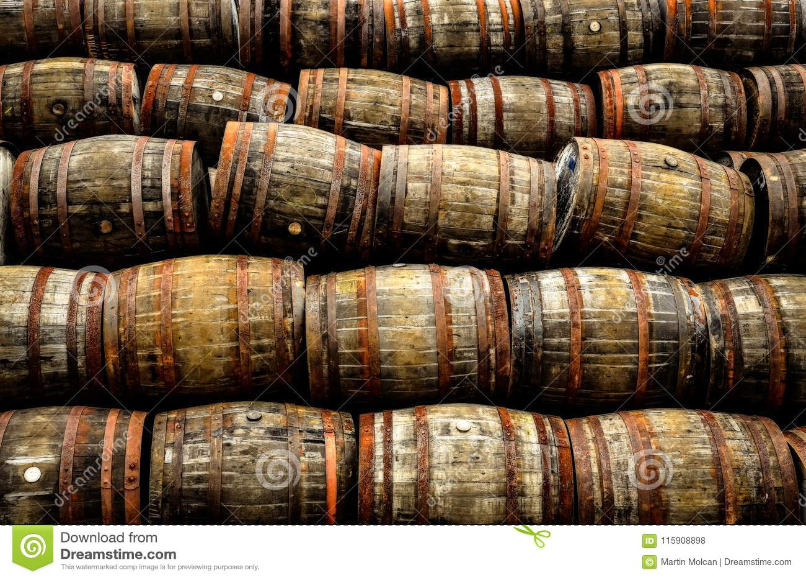 被堆积的堆老威士忌酒和酒木桶
