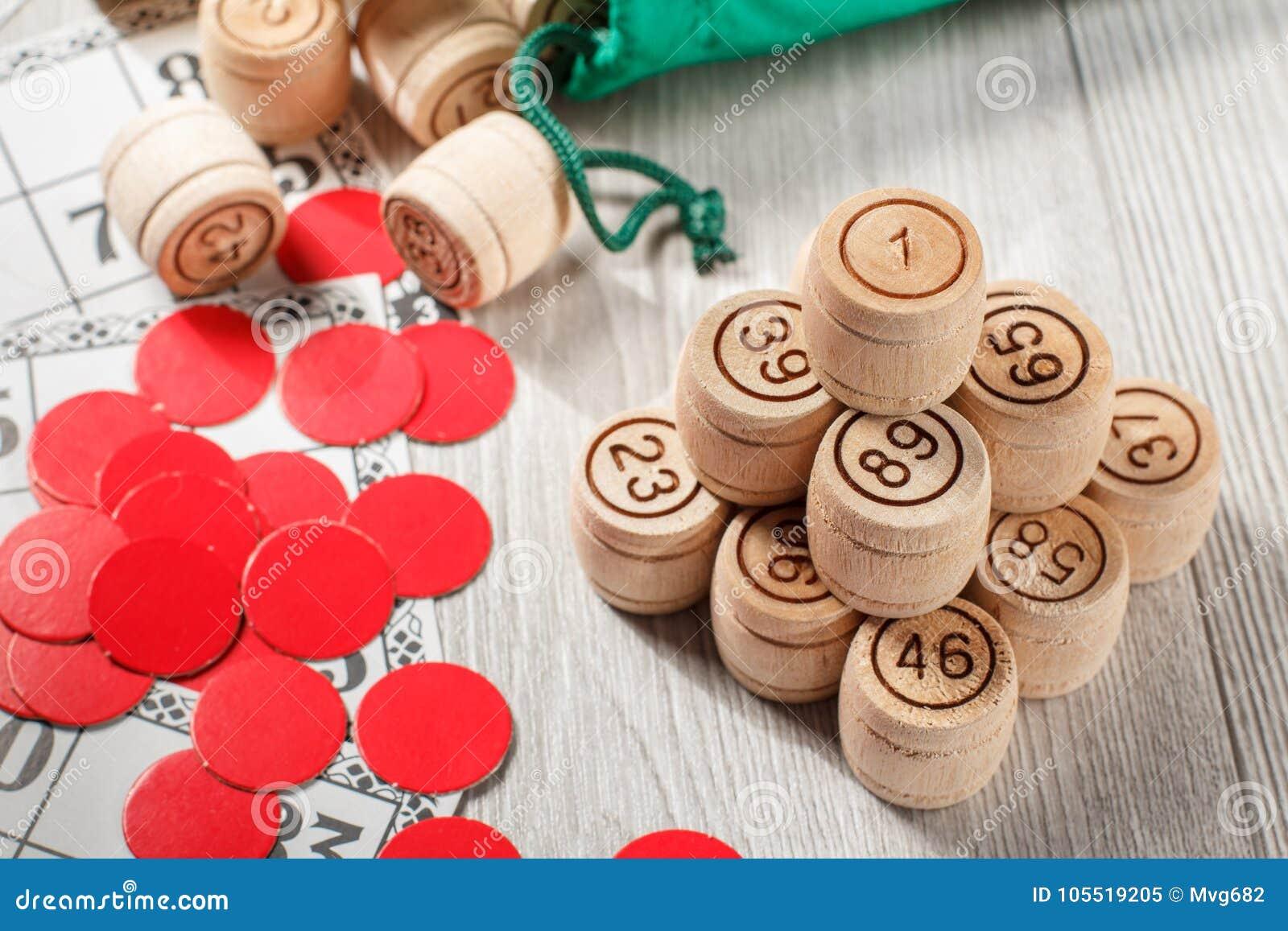 被堆积的木乐透纸牌桶、游戏卡和红色剁gam的