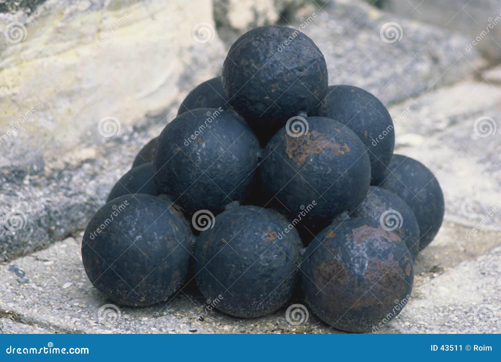 被堆积的球大炮