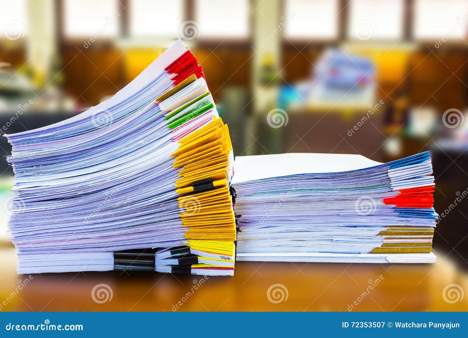 被堆积的纸张文件