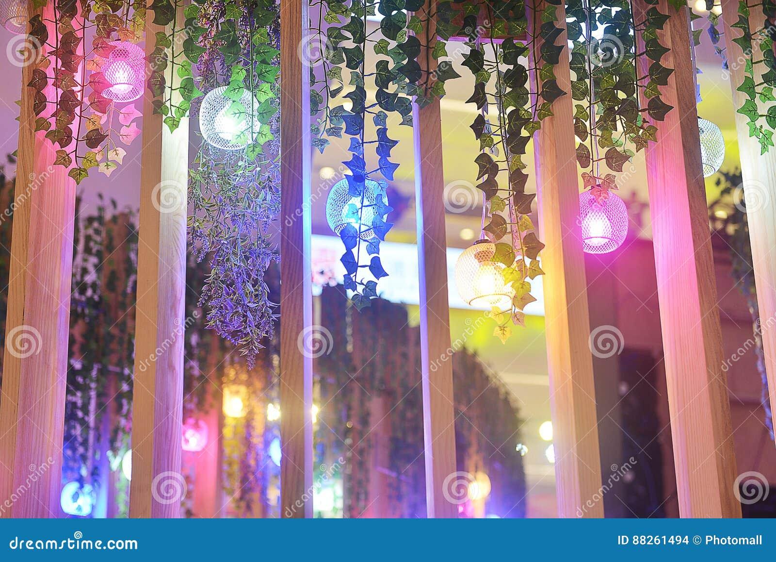 被塑造的五颜六色的气球带领了电灯泡