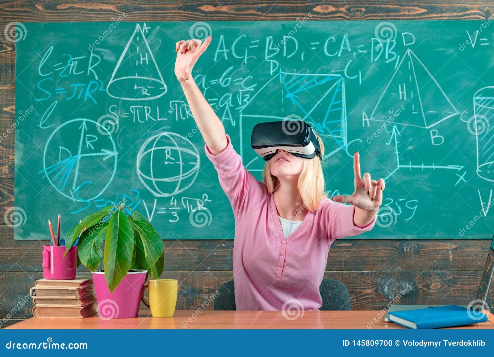被增添的现实 VR玻璃的妇女 虚拟现实耳机的确信的妇女指向在空气的 现代教育