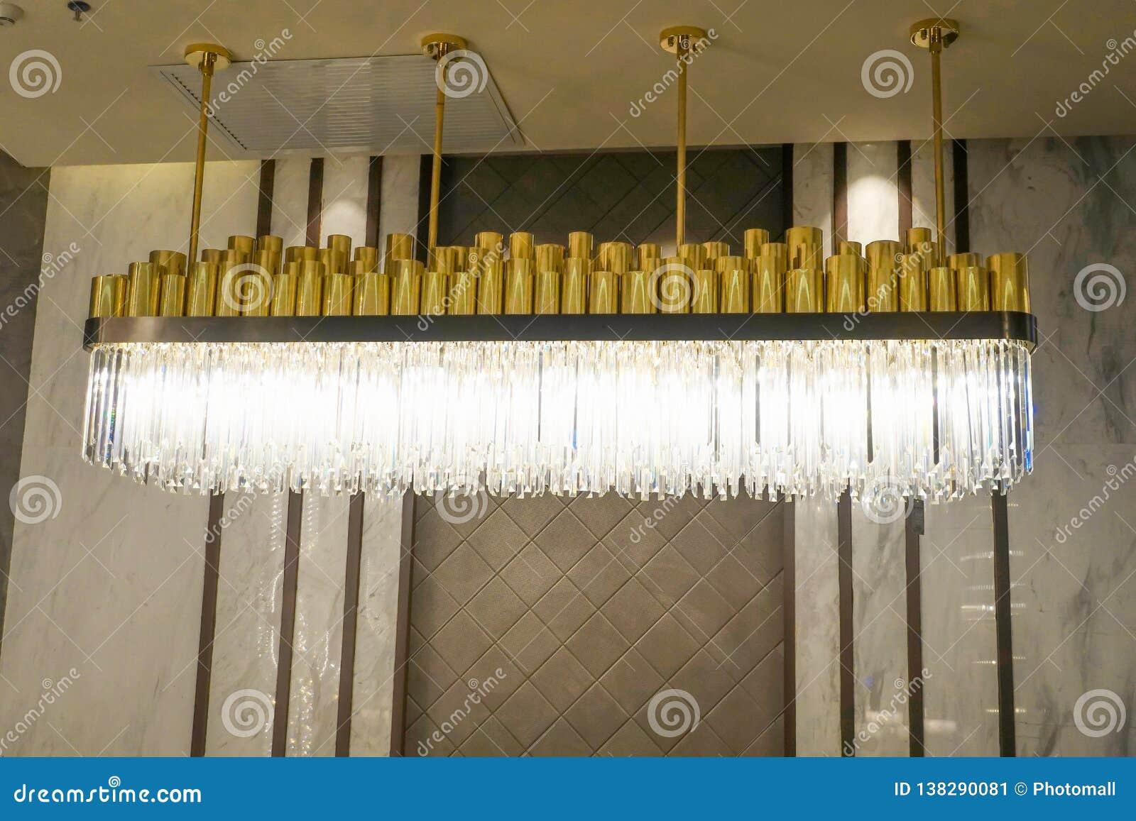 被带领的照明设备枝形吊灯灯在现代商业修造的旅馆里