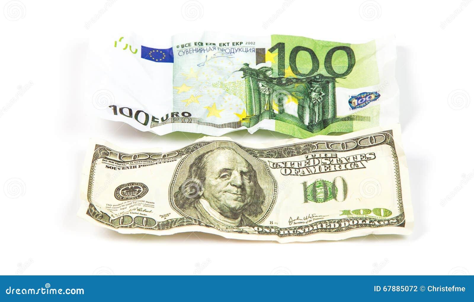 被弄皱的数百美元和欧元