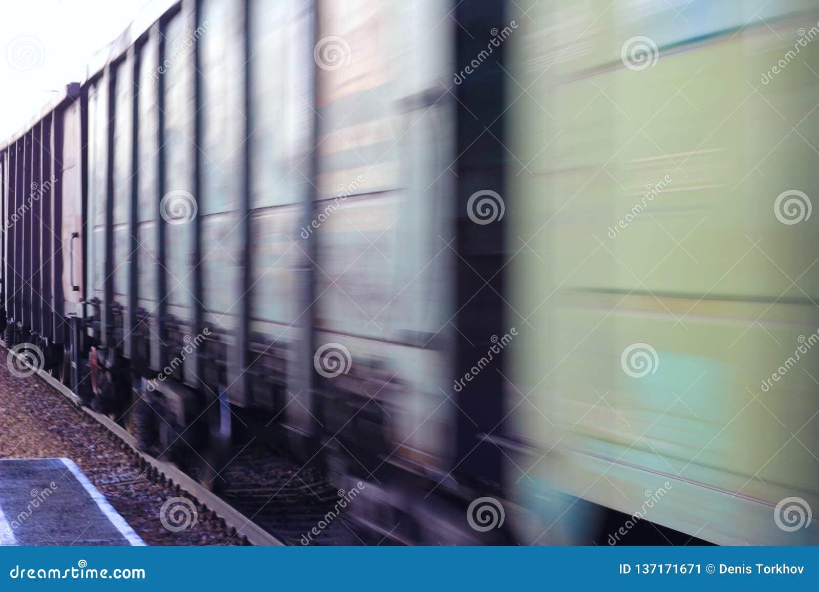 被弄脏的货物火车