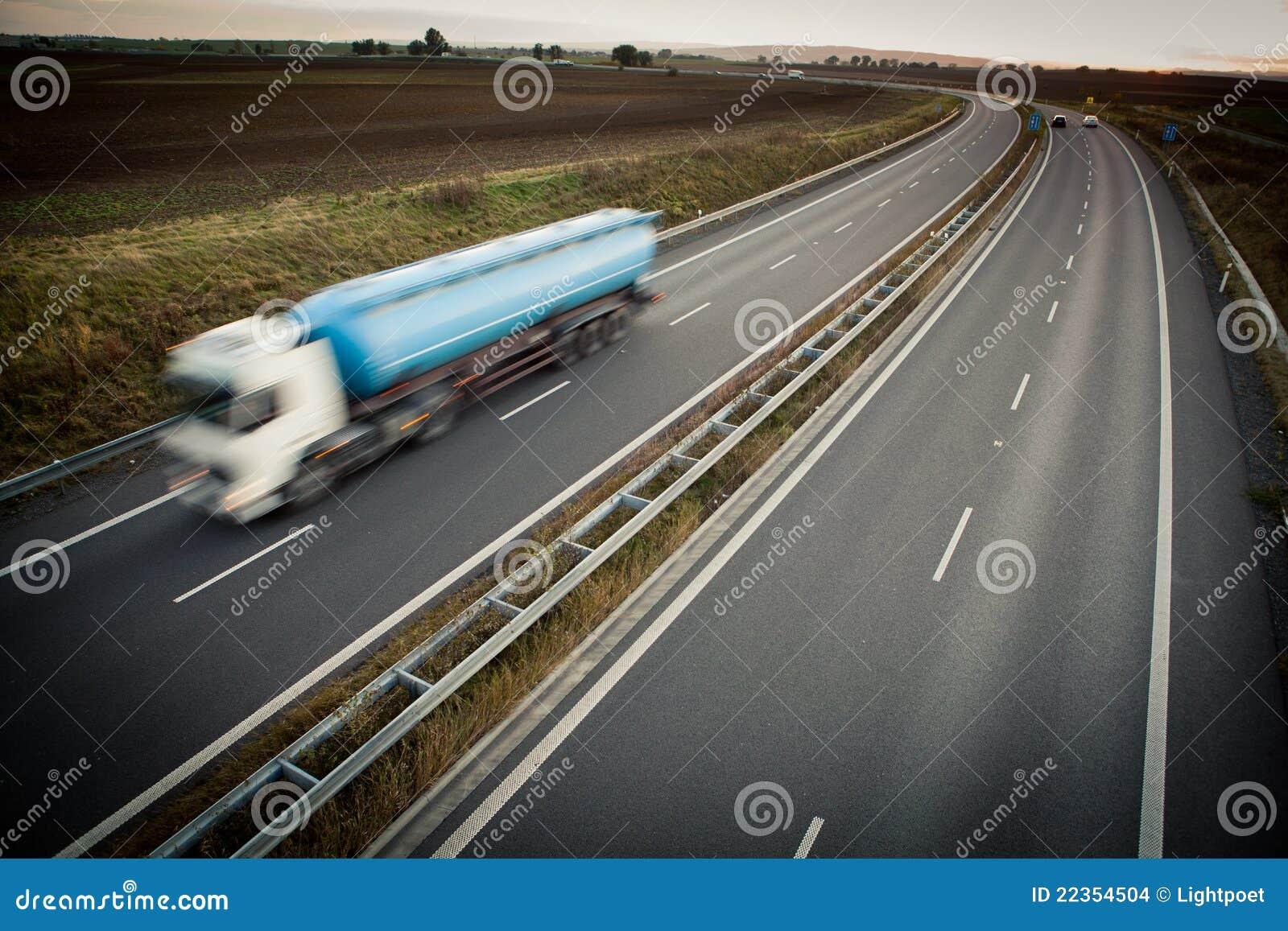 被弄脏的高速公路行动卡车