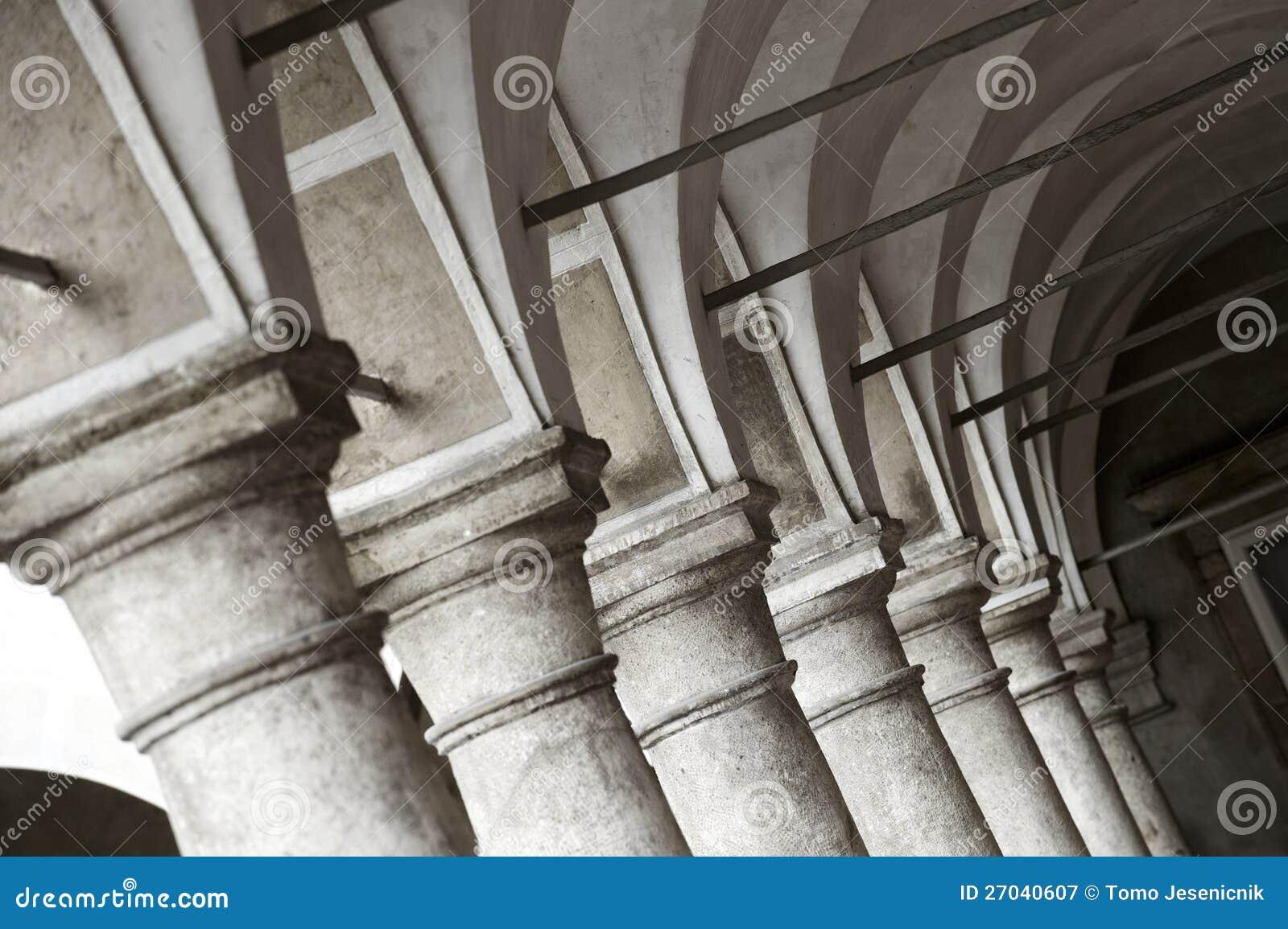 被成拱形的走廊