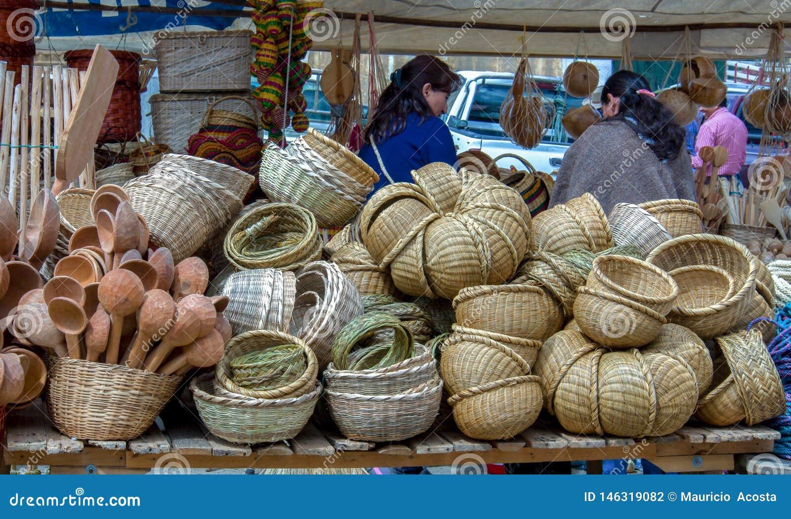 被手工造的篮子立场在市场上