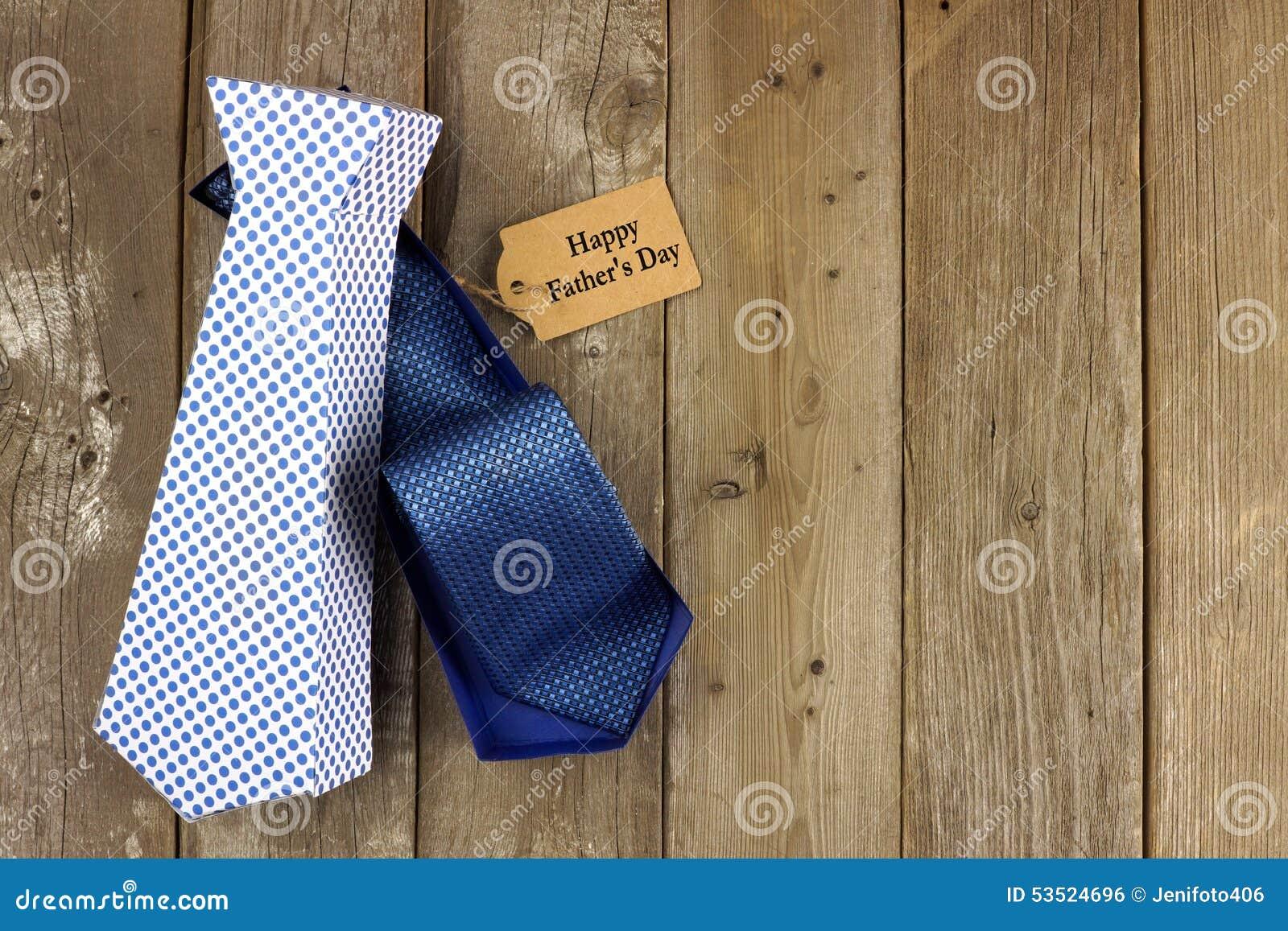 被打开的父亲节领带塑造了在木背景的礼物盒