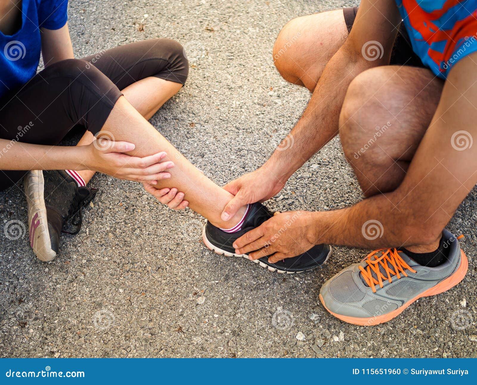 被扭伤的脚腕 遭受脚踝受伤的少妇,当时