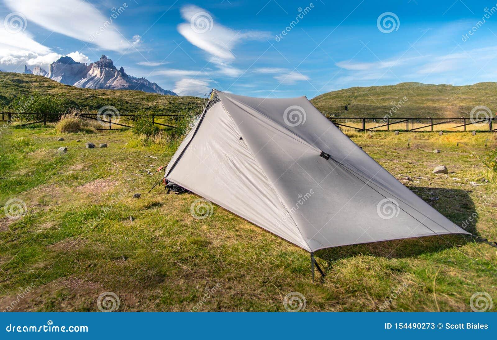 被投的帐篷和山在巴塔哥尼亚