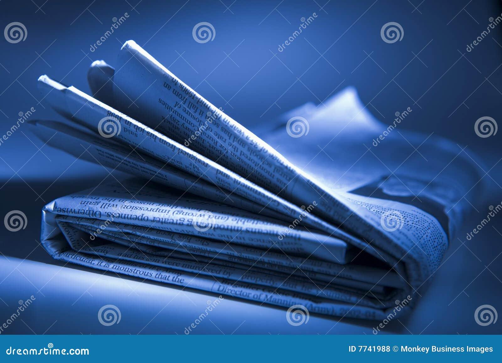 被折叠的报纸