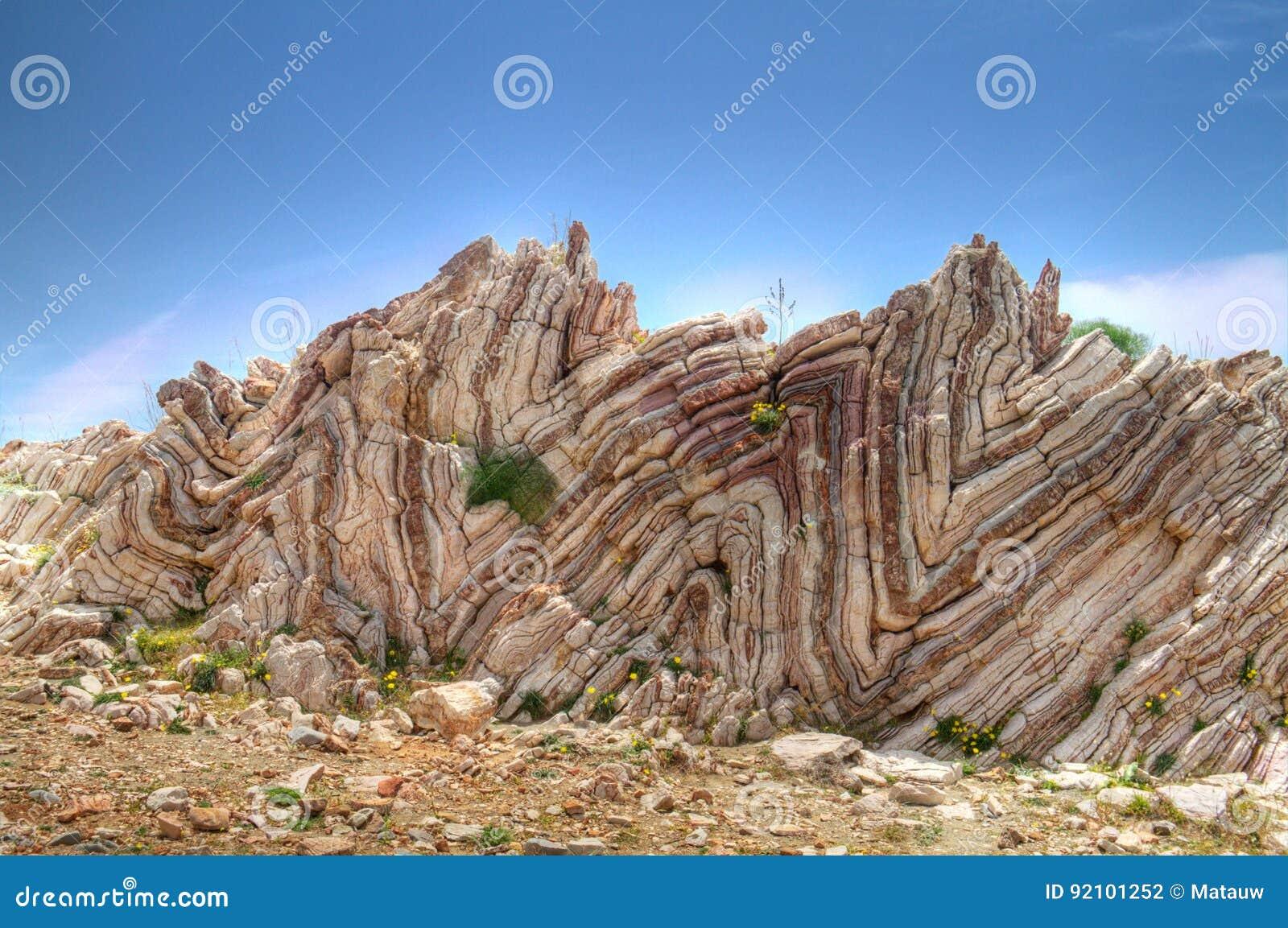 被折叠的石灰石