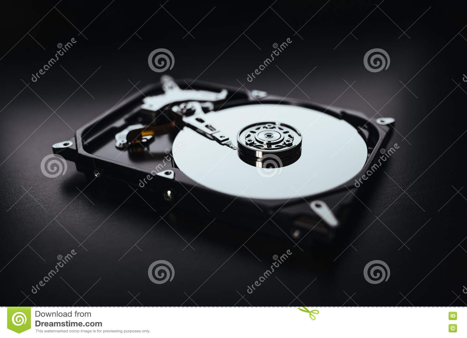 被拆卸的硬盘从计算机(hdd)有镜子作用的 一部分的计算机(个人计算机,膝上型计算机)