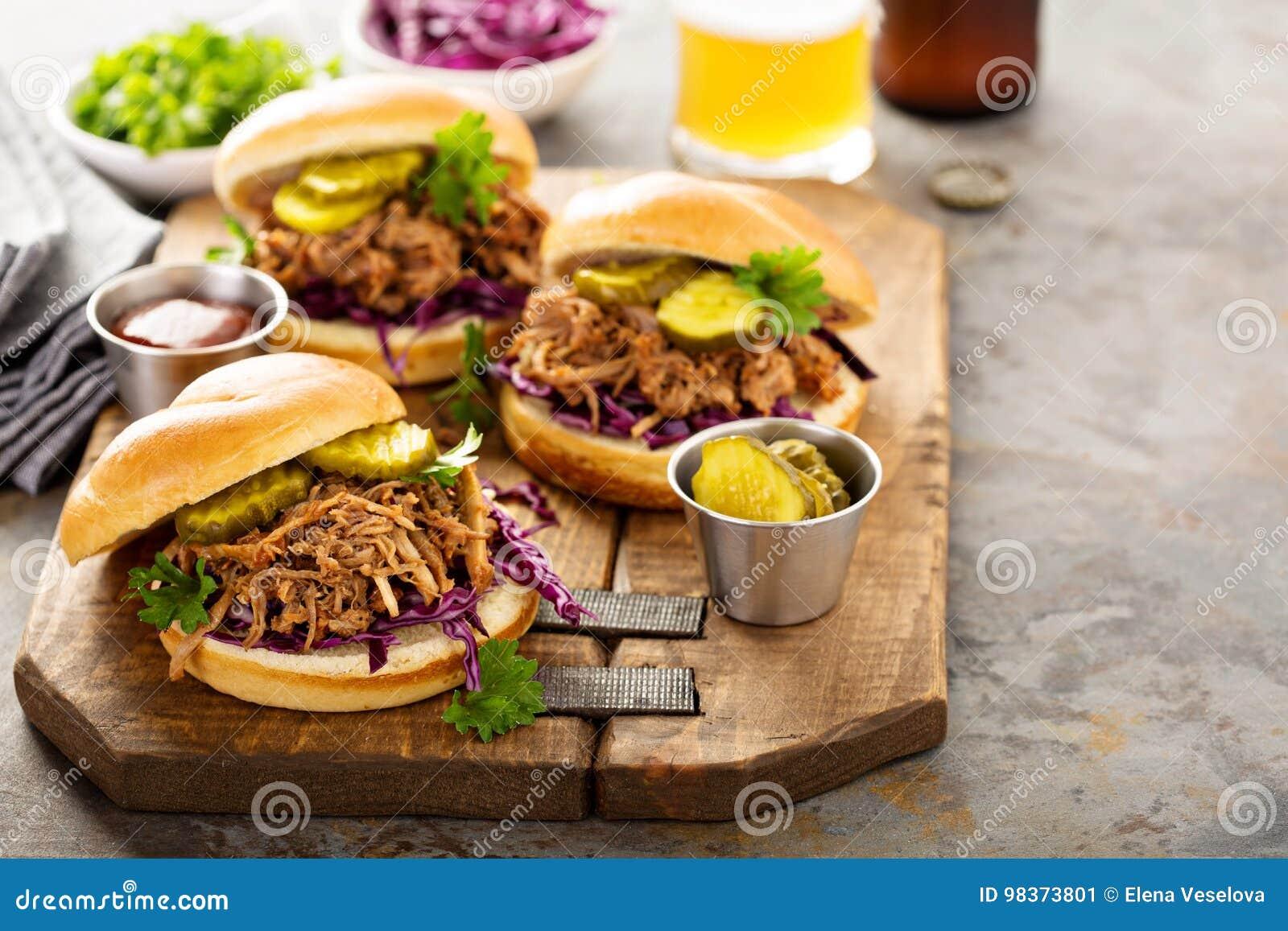 被拉扯的猪肉三明治用圆白菜和腌汁
