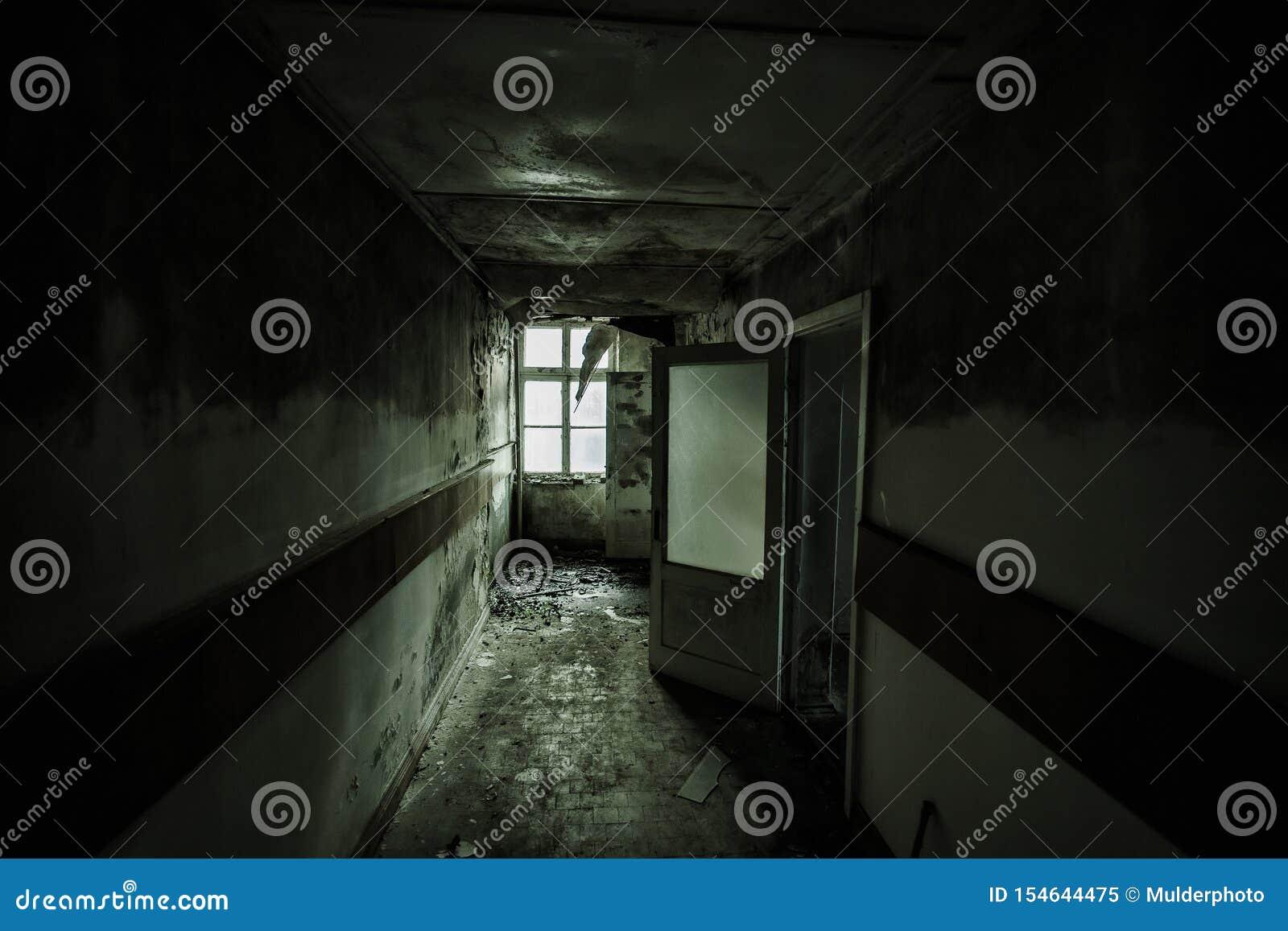 被放弃的大厦黑暗和蠕动的走廊