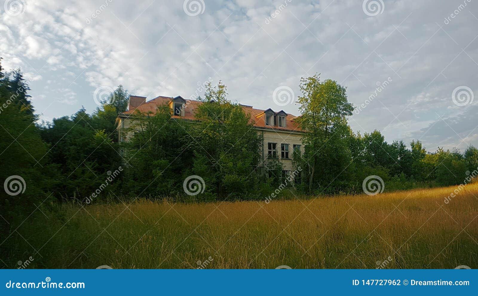 被放弃的学校在波兰