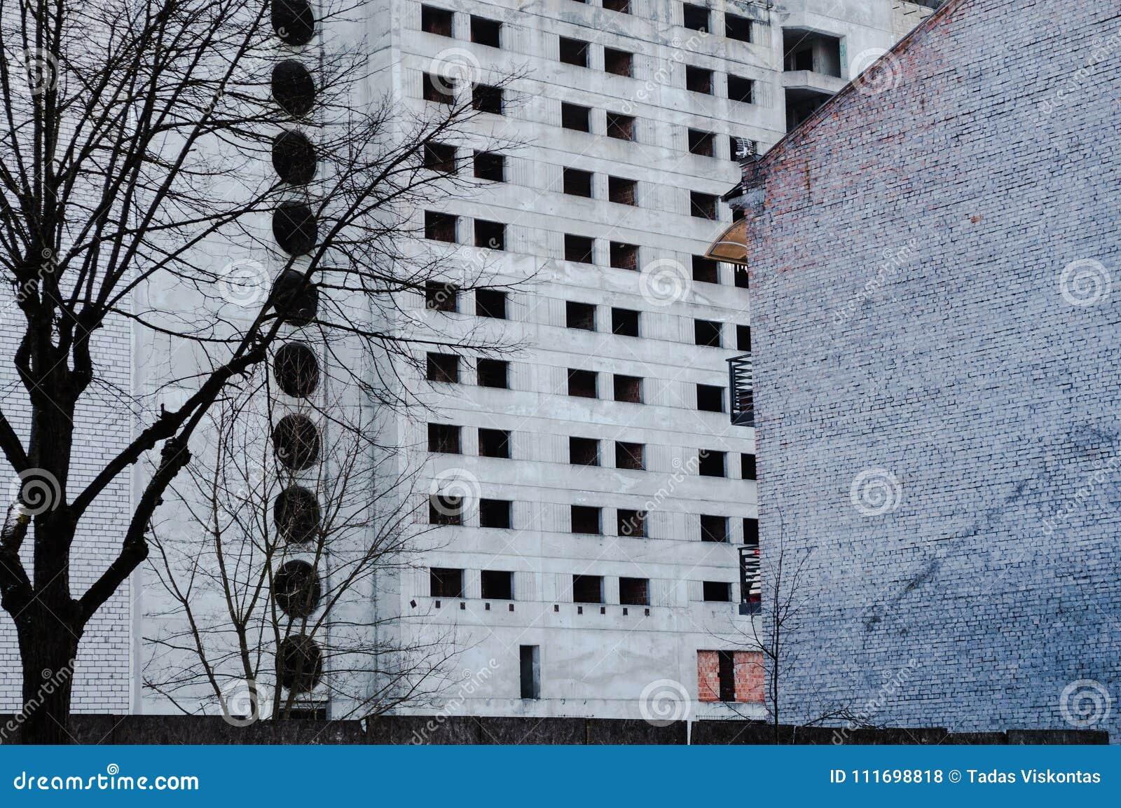 被放弃的封锁的巨大的灰色大厦