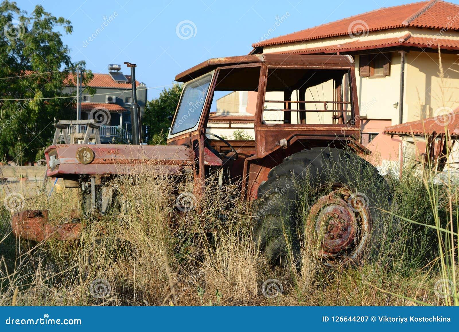 被放弃的拖拉机在Afytos