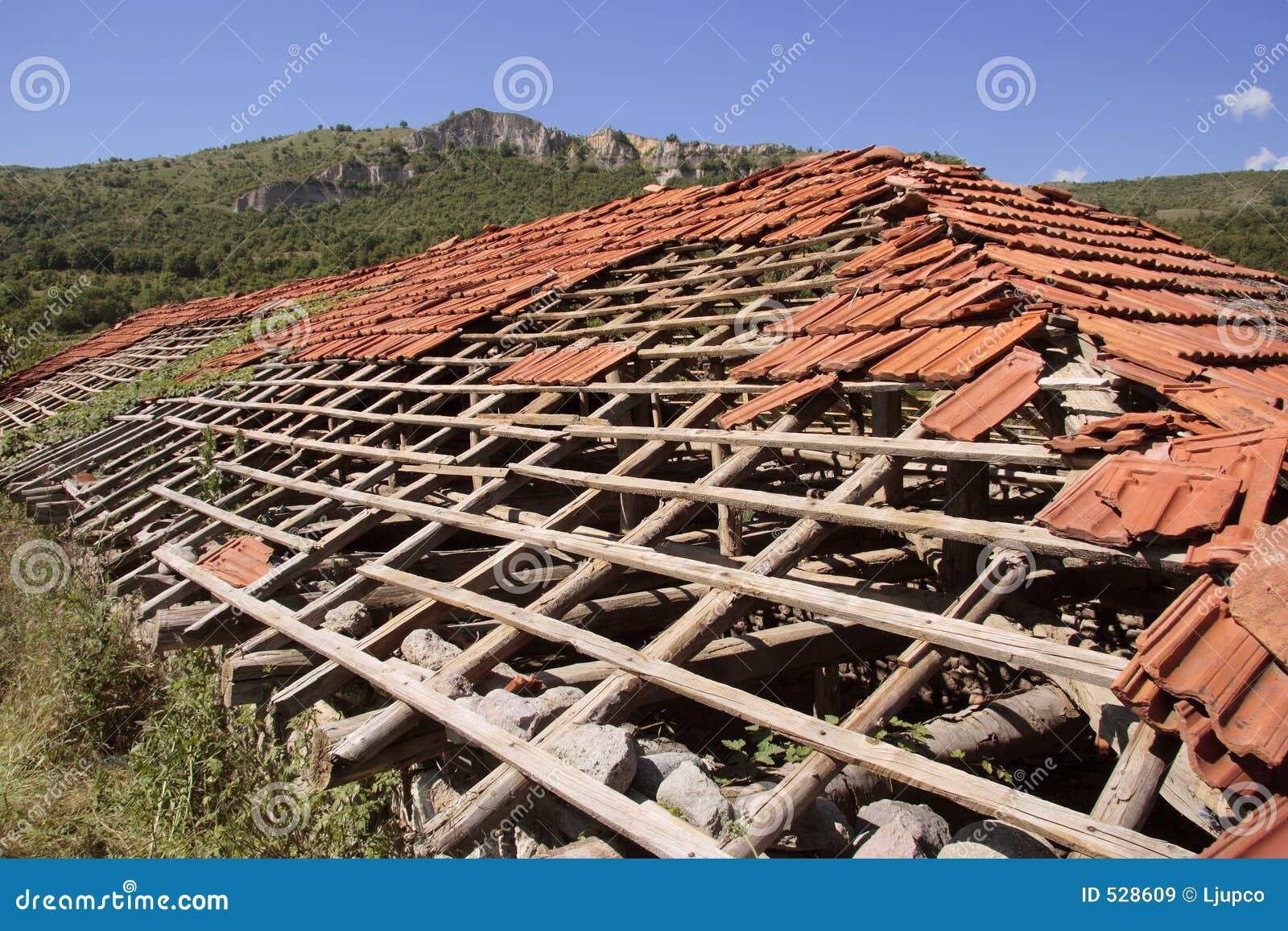 Download 被放弃的损坏的房子屋顶 库存图片. 图片 包括有 拱道, 爆破, 布琼布拉, 长满的, 颜色, 年龄, 庄园 - 528609