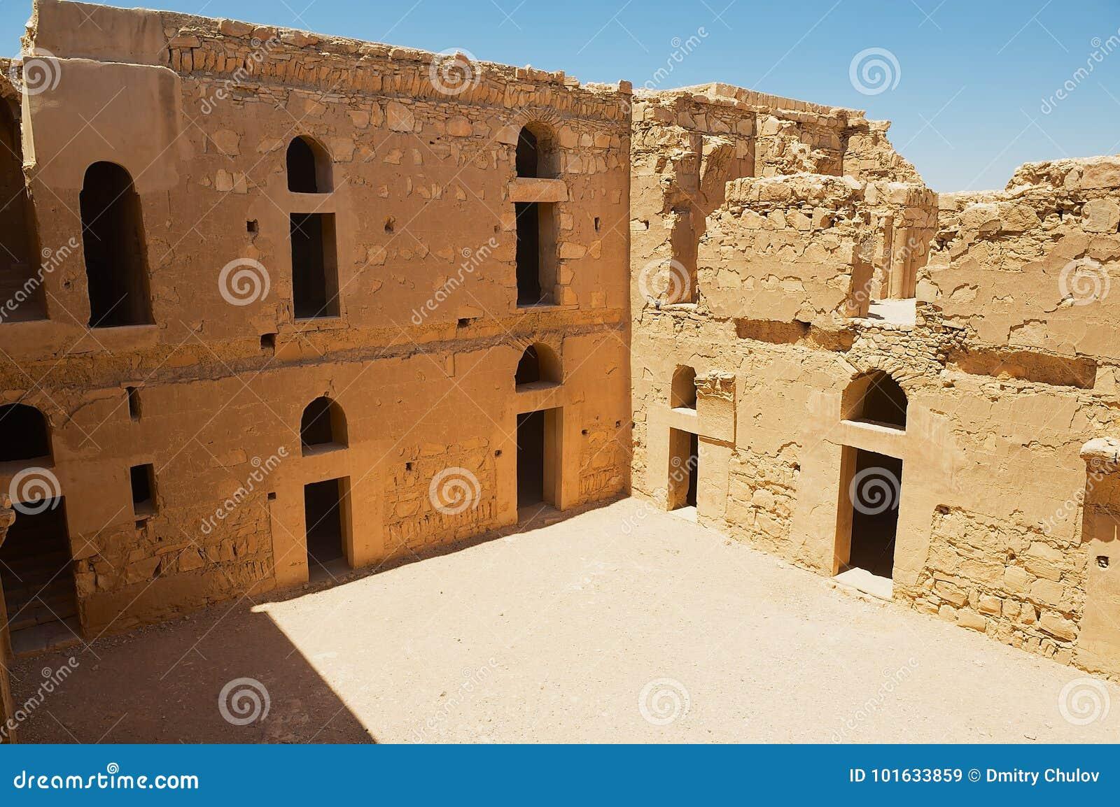 被放弃的沙漠城堡Qasr Kharana Kharanah或Harrana的内部围场在阿曼,约旦附近的