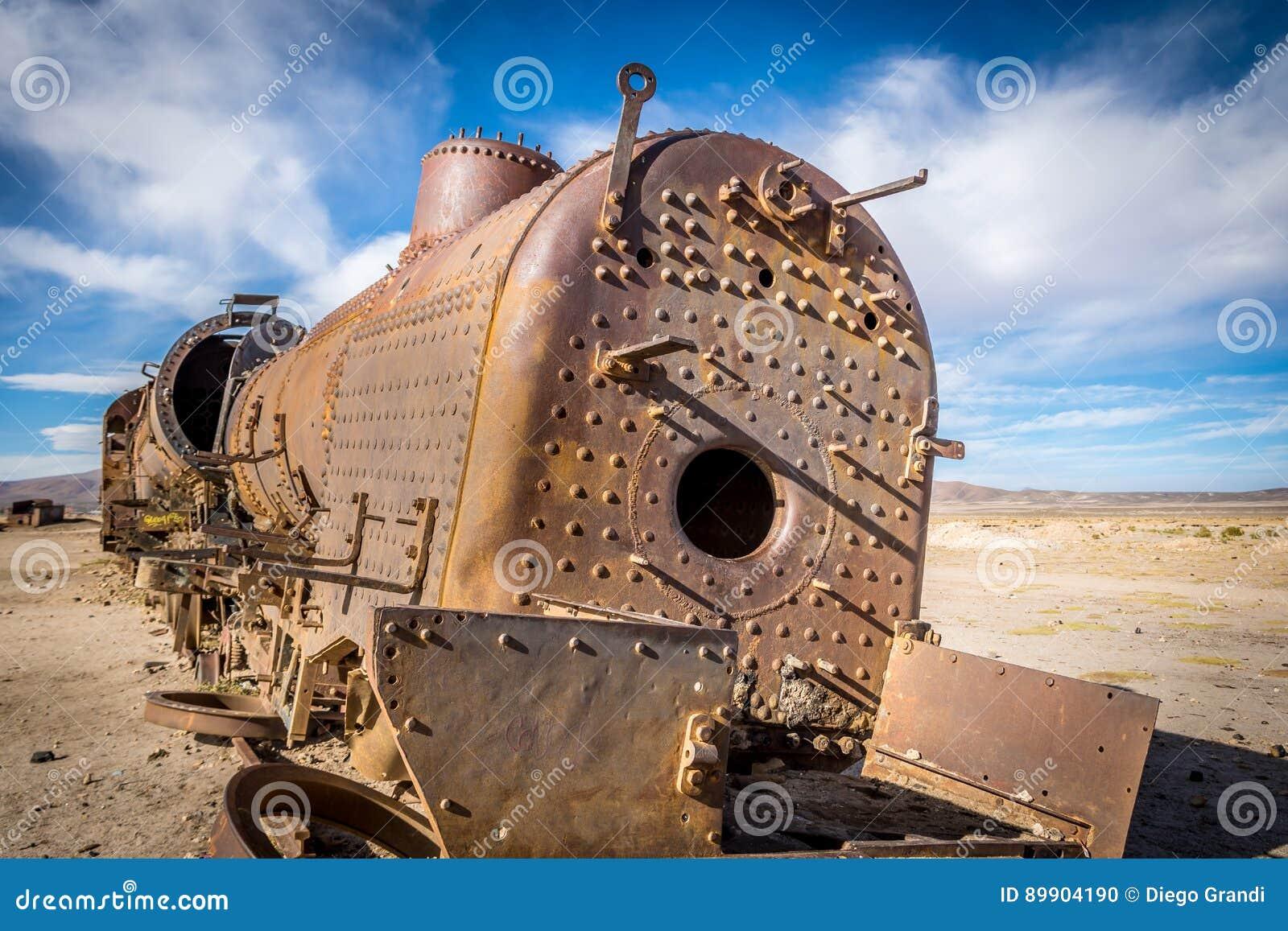 被放弃的生锈的老火车在火车公墓- Uyuni,玻利维亚