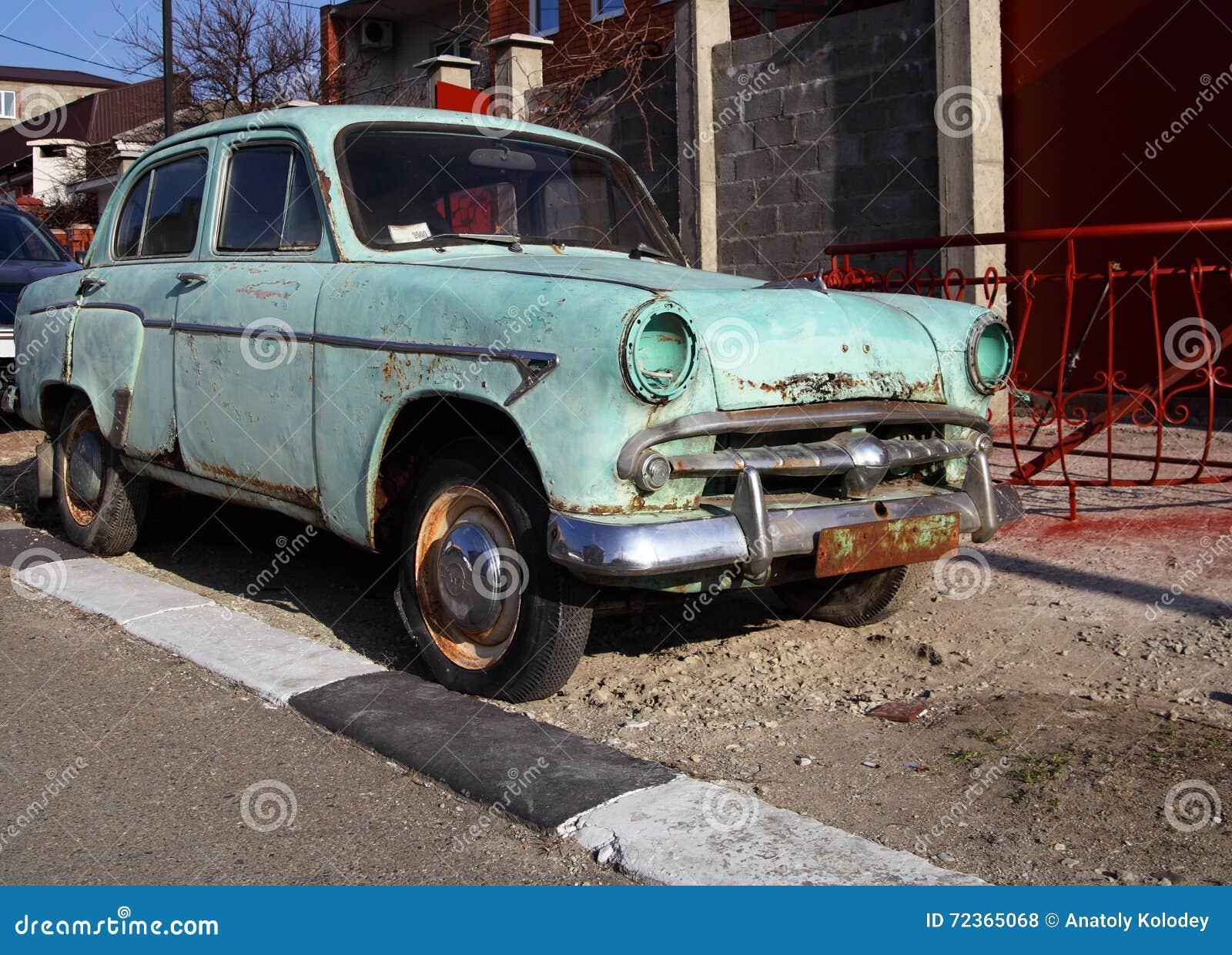 被放弃的老脏的汽车