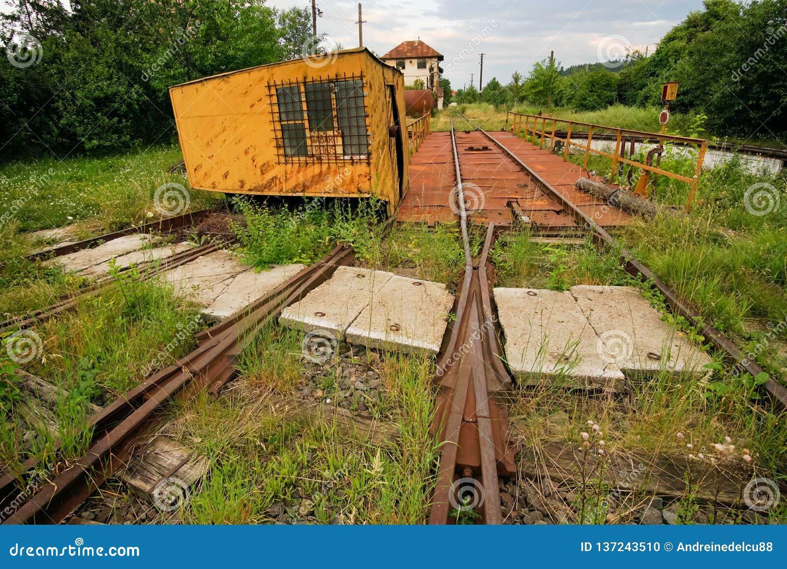 被放弃的铁路转动的平台