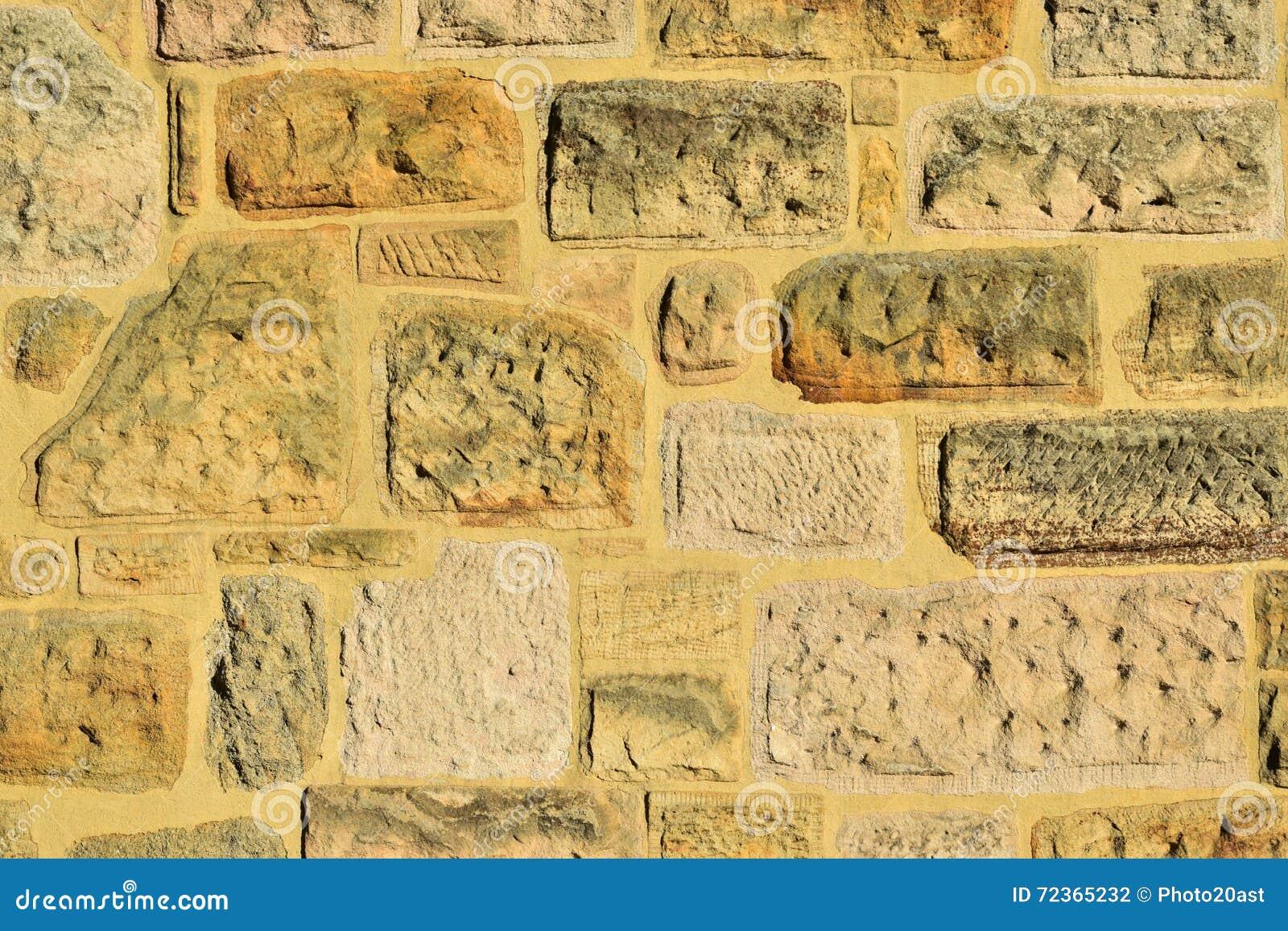 被日光照射了一个的石墙