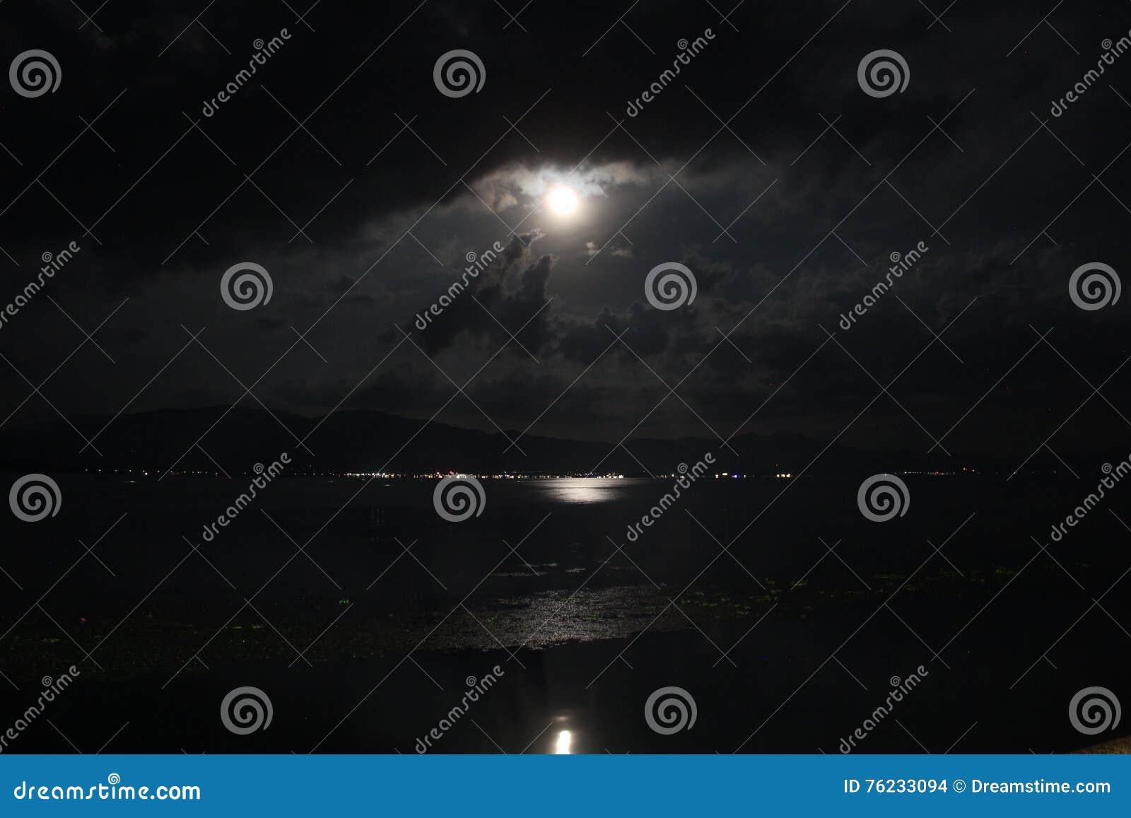 被月光照亮晚上