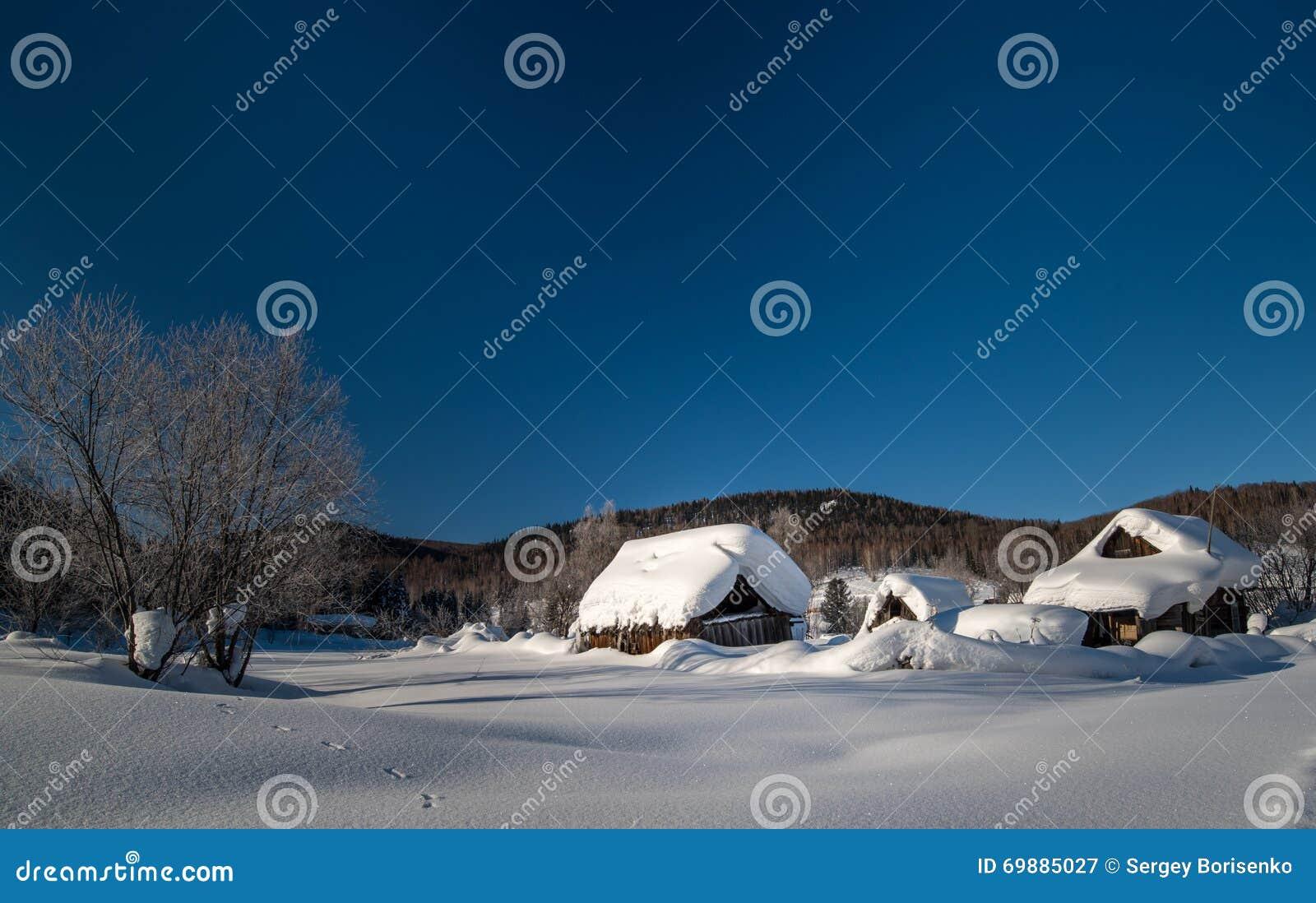 被毁坏的小屋在冬天