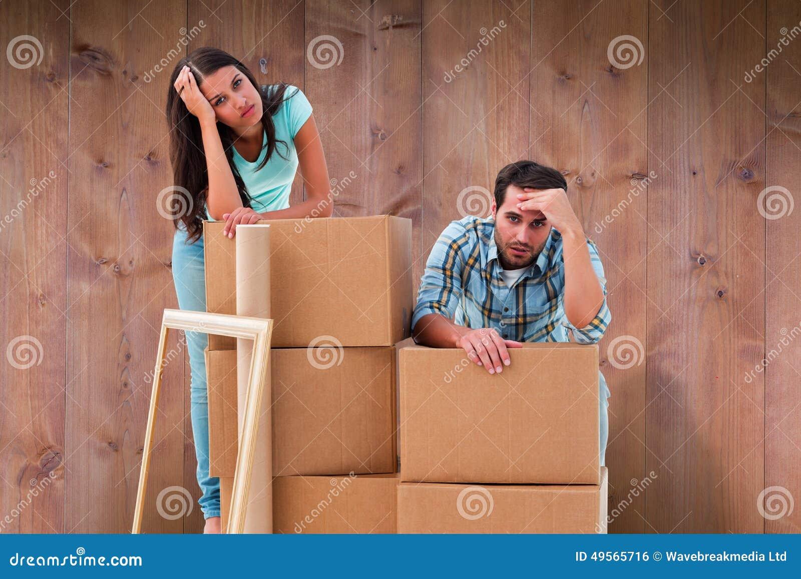 被注重的年轻加上的综合图象移动的箱子