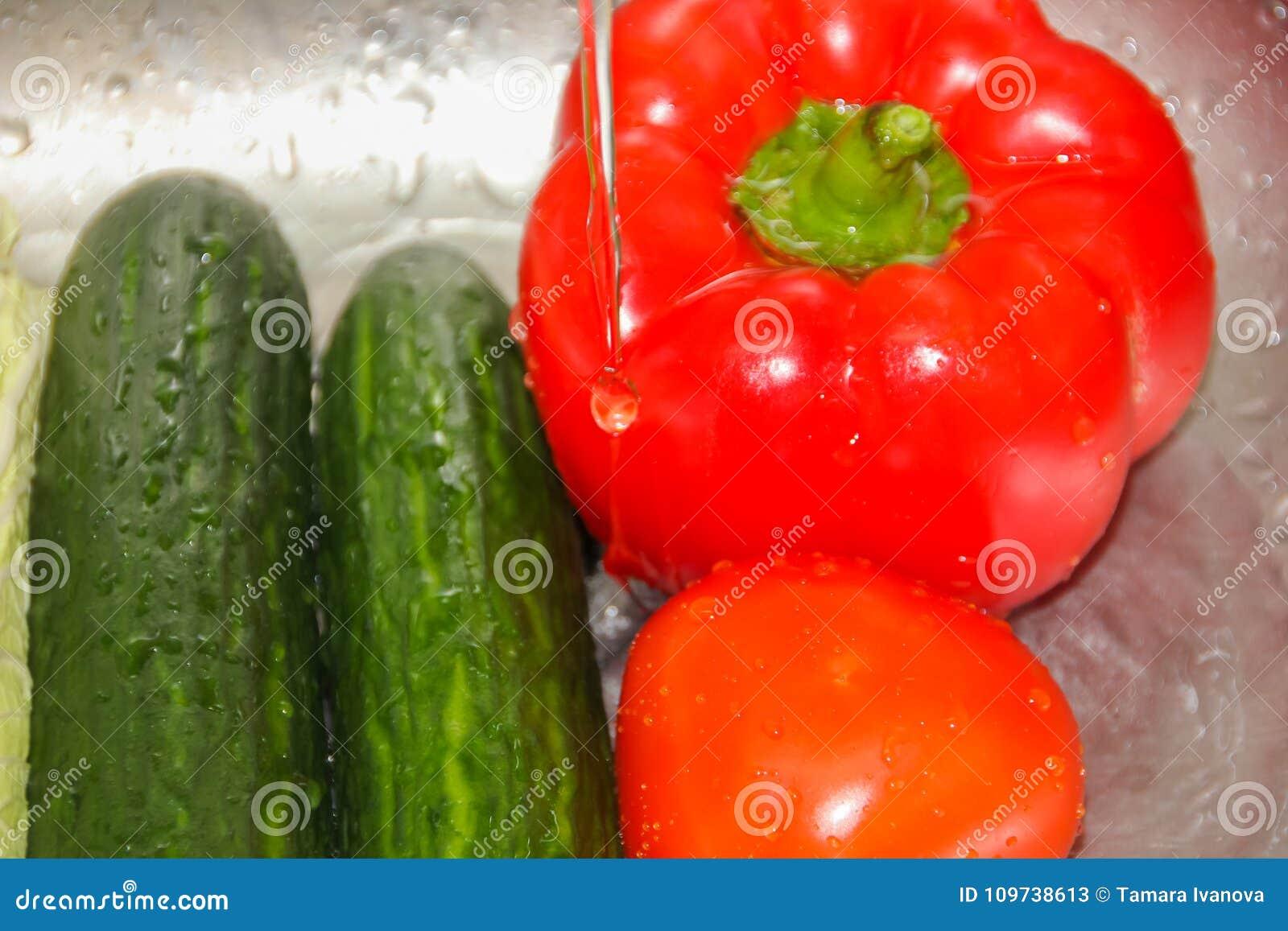 被洗涤的蔬菜 在自来水下的菜在罪孽