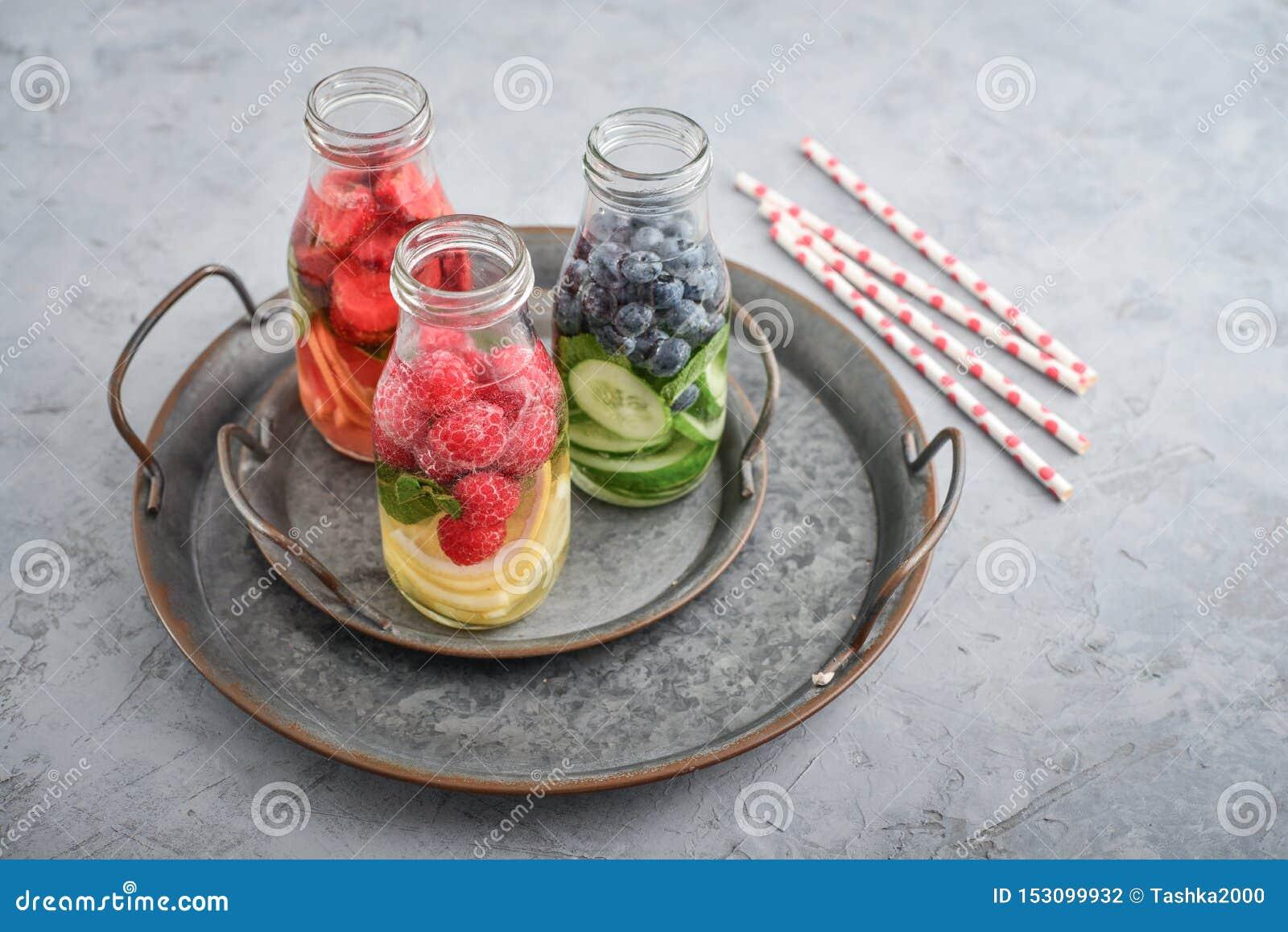 被灌输的水用新鲜水果
