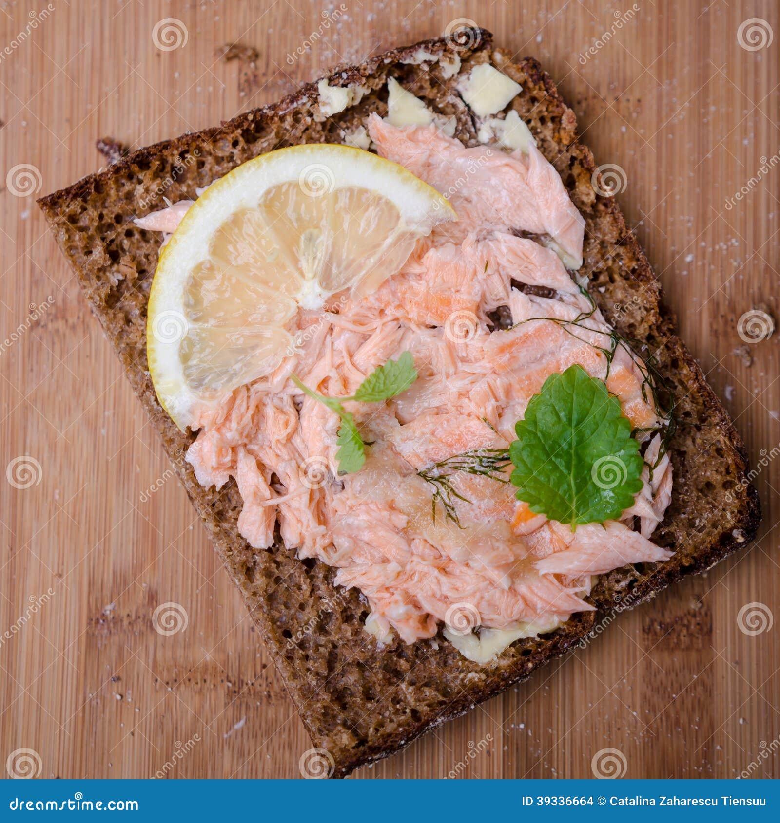 被烘烤的三文鱼三明治